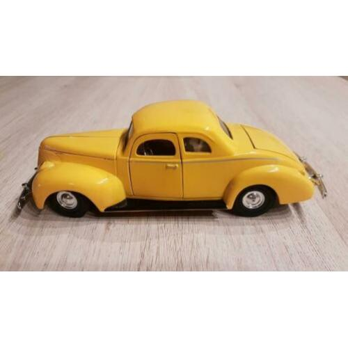 Ford Deluxe model auto, 1940 1:24